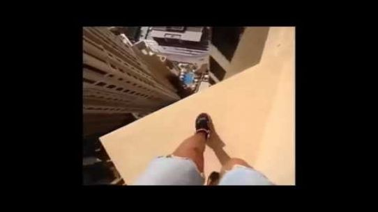Hasanie na 43 piętrze wieżowca
